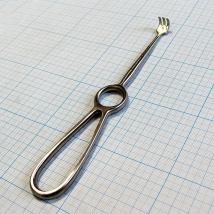 Крючок хирургический трехзубый острый №1 J-19-144B