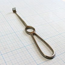 Крючок хирургический острый трехзубый №2, 200 мм (К-26т)
